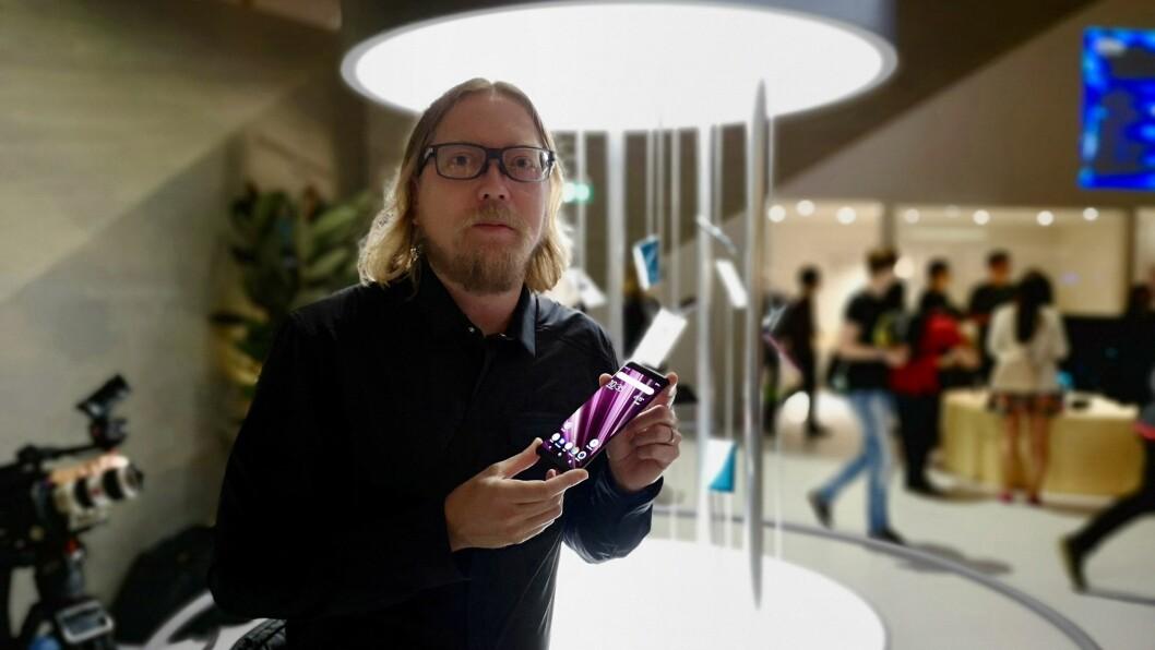 Rikard Skogberg i Sony Mobile med Xperia XZ3. Foto: Marte Ottemo.