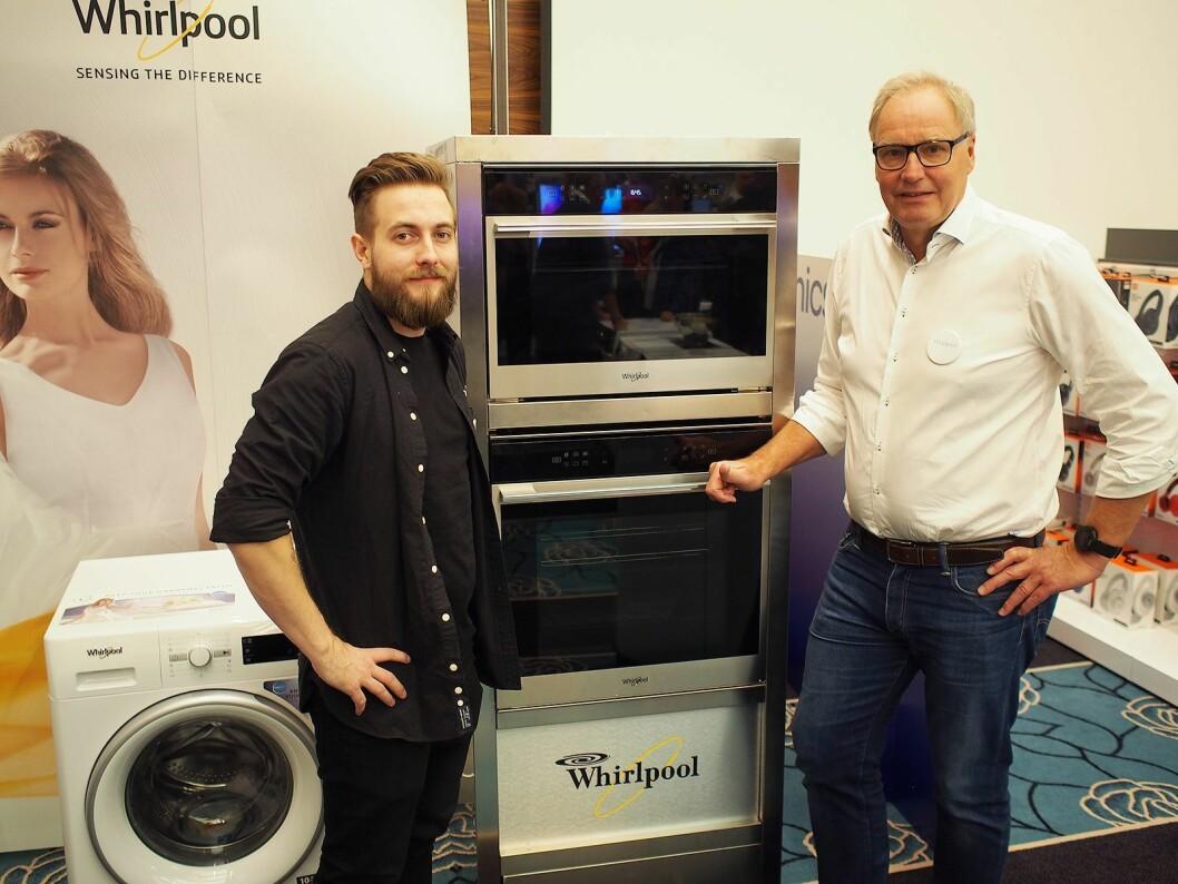 Niklas Frogner (t.v) og Roy Helgerud viser frem de to nye ovnene fra Whirlpool. Foto: Jan Røsholm