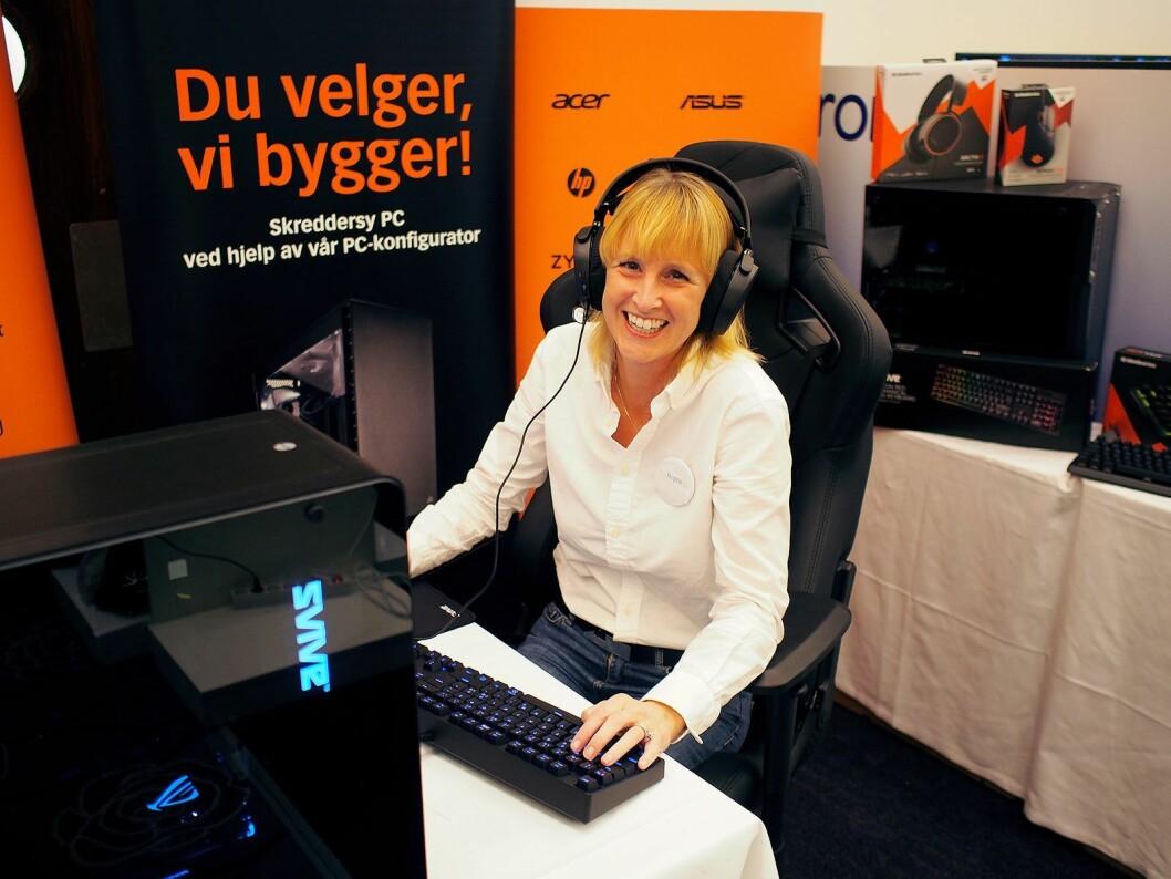 Camilla Johansen i Itegra viser frem de ulike produktene i Svive-serien. Foto: Jan Røsholm.