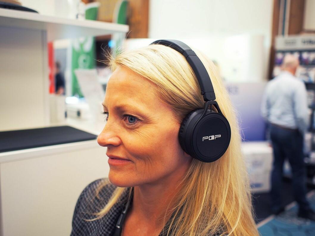 Lillan Galborgen med de nye Pop hodetelefoner. Foto: Jan Røsholm.