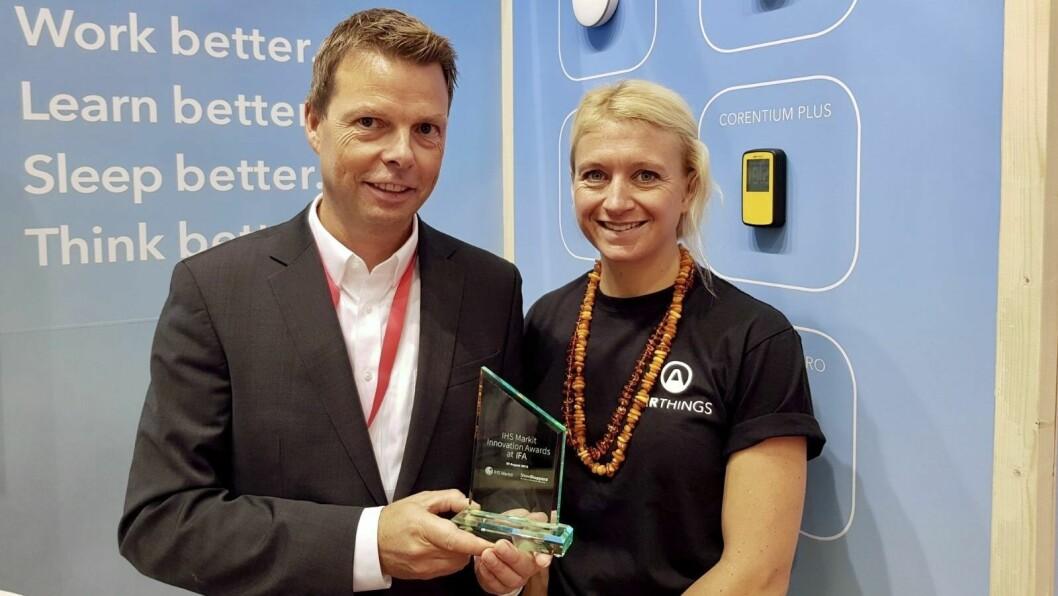 Øyvind Birkenes og Pippa Boothman i Airthings fikk innovasjonsprisen for Wave Plus radonmåler. Foto: Jan Røsholm.