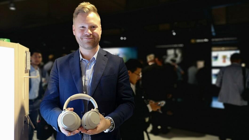 Nordisk produkttrener Patrik Robertsson i Sony med Sony WH-1000XM3. Foto: Marte Ottemo.