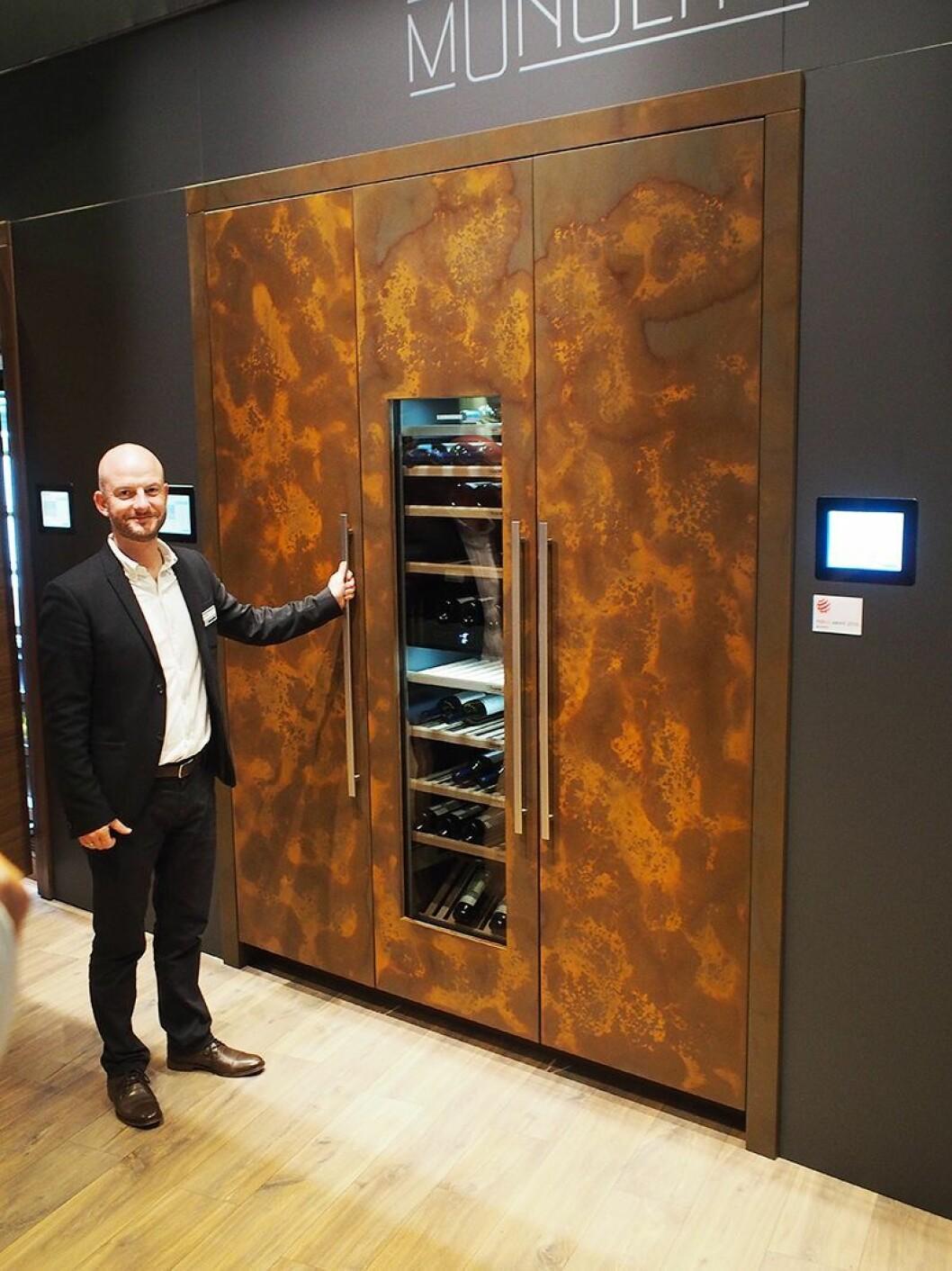 Du skal ha stort kjøkken for å få plass til Monolith-skapet som Anders Rosenkrans Gjedsted viser frem. Foto: Jan Røsholm.