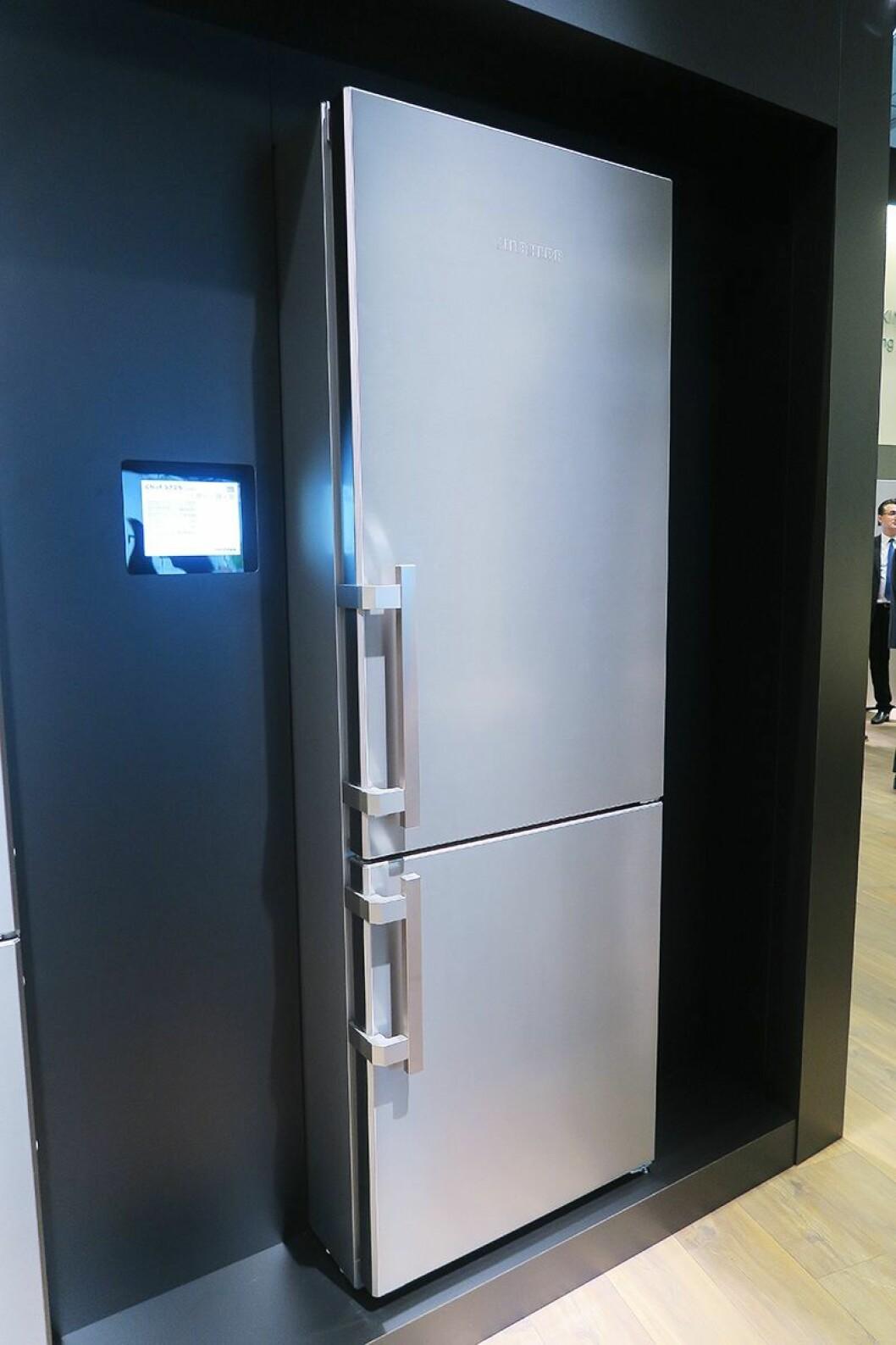 Det nye kjøleskapet Cnef5715 er 201 cm høyt og 70 cm bredt. Foto: Cathrine Pedersen.