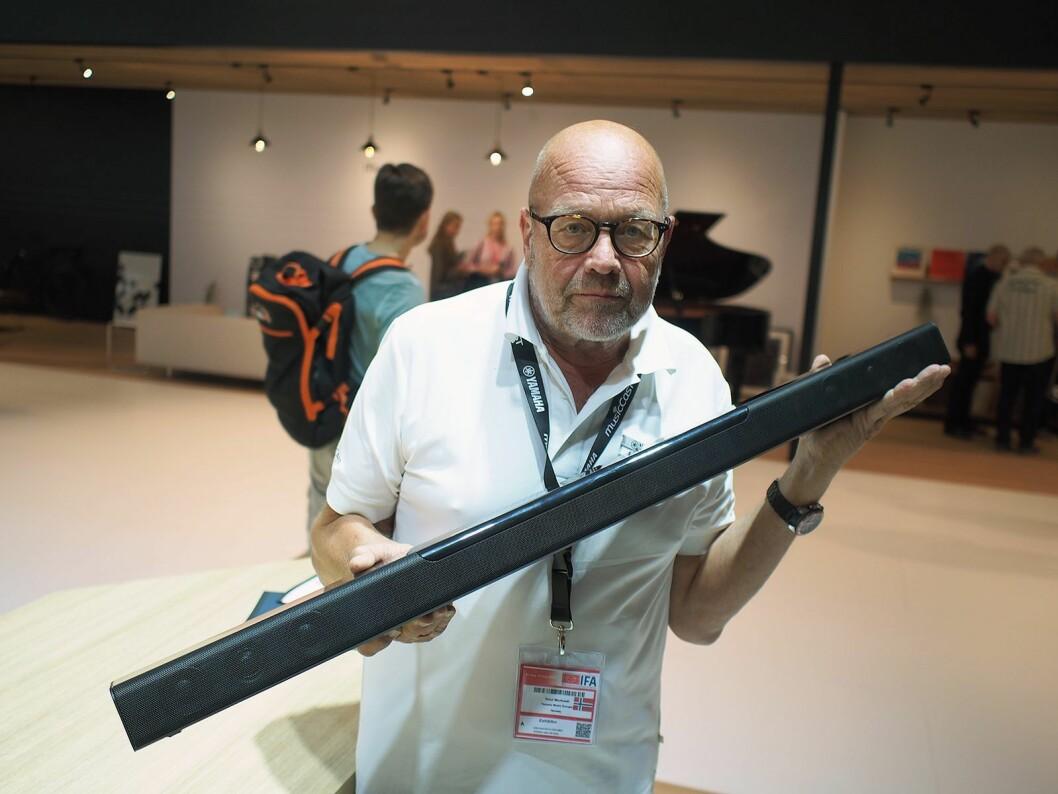 Knut Mortvedt med lydplanken MusicCast 400. For 7.000 kroner følger det også med en trådløs dypbasshøyttaler. Foto: Jan Røsholm