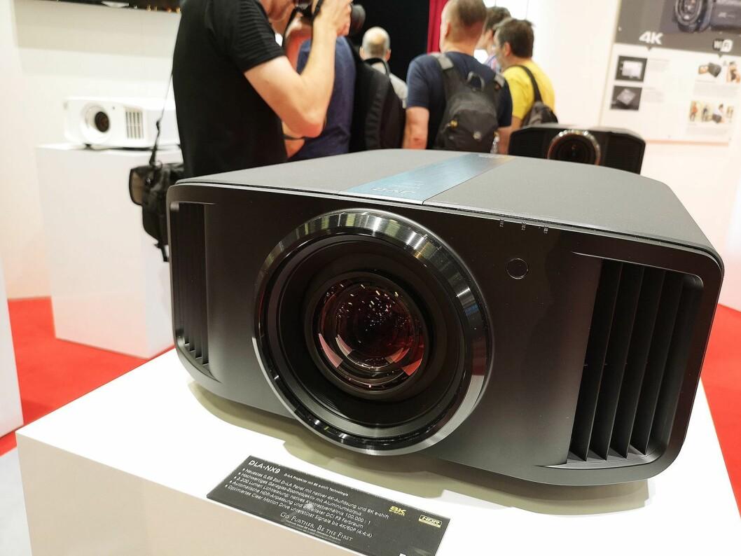 JVCKenwood viser på IFA 2018 8K-projektoren JVC DLA-NX9. Pris: 189.000 kroner. Foto: Marte Ottemo