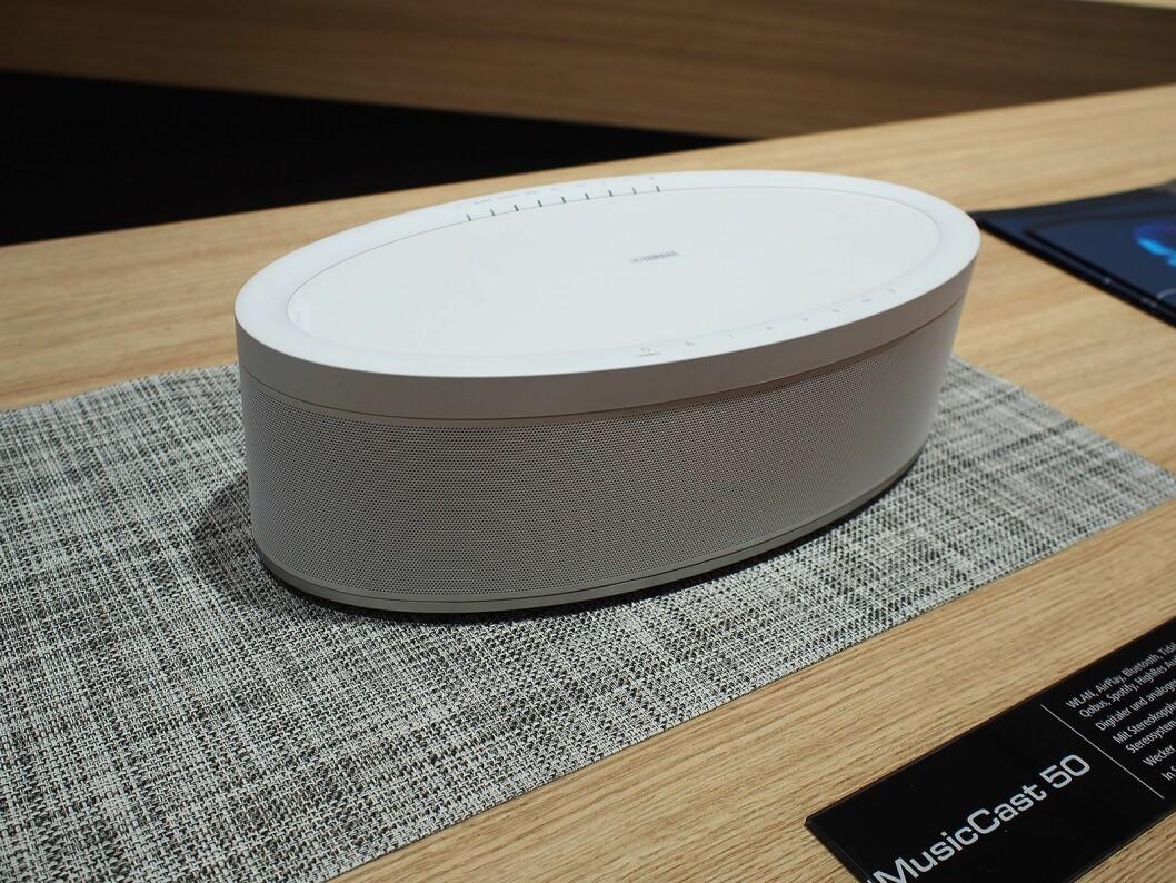 MusicCast 50 er en frittstående stereohøyttaler. Koplet i par spiller den i stereo med høyre- og venstrekanal. Dessuten kan de også brukes som bakhøyttaler(e). Pris: 5.300,- Foto: Jan Røsholm.