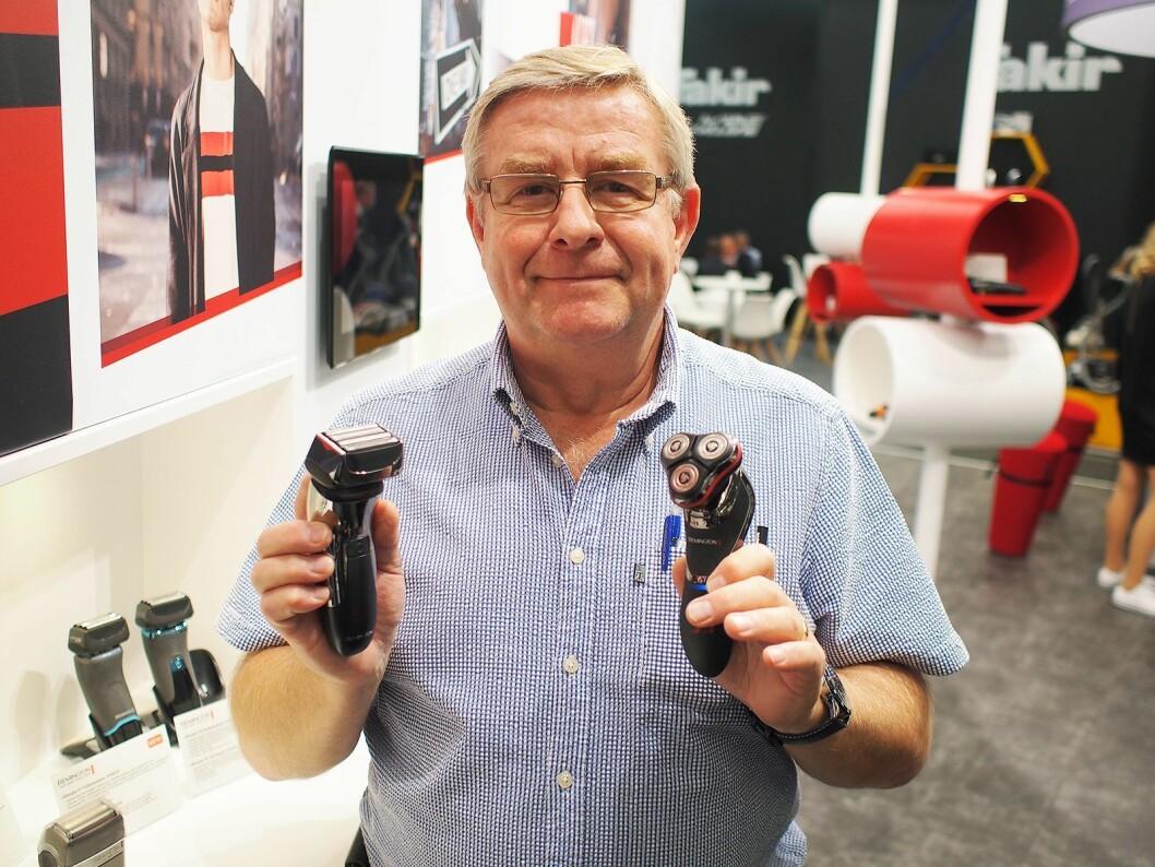 Alf Einar Nygård viser frem to typer barbermaskiner fra Remington. Foto: Jan Røsholm