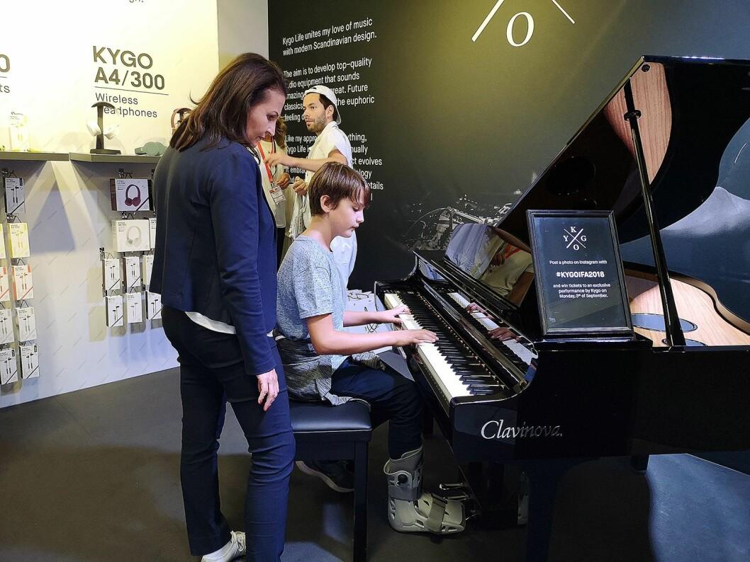 Kygo-navnet trakk mange unge fans til standen, hvor det også var satt opp et piano for de som ville prøve seg som musiker. Foto: Marte Ottemo.