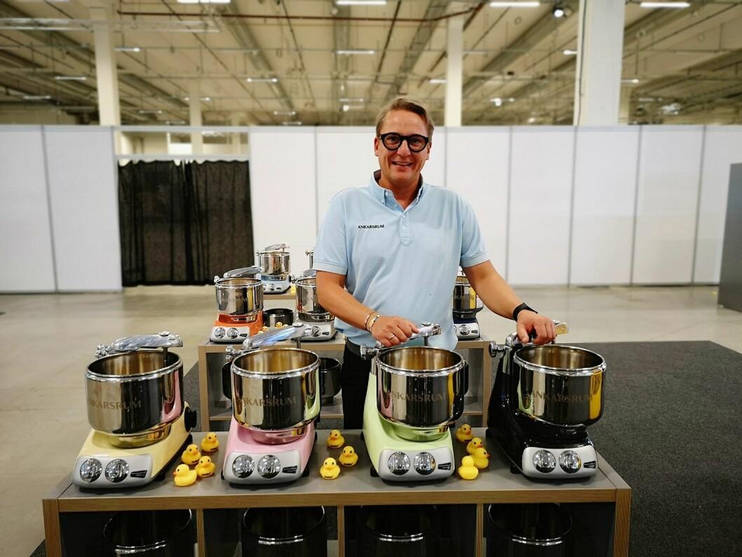 Christian Honore, distributør for Ankarsrum, sier det er viktig å være på PowerUp for nærkontakt med de ansatte. Foto: Marte Ottemo