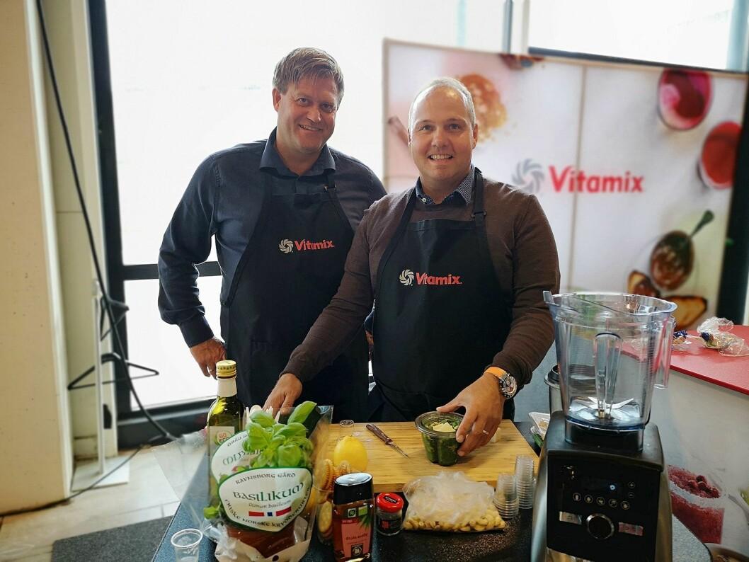 Stig Halland (t.v) og John Ohlsson i Lindenbaum Agenturer AB viste mulighetene i sine Vitamix-blendere. Foto: Marte Ottemo