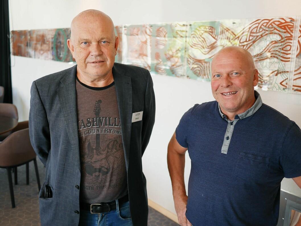 Jon Olav Næss (t. v.) ønsker Einar Kuvene i Moss Husholdningsservice AS velkommen i Elesco Norge. Foto: Stian Sønsteng