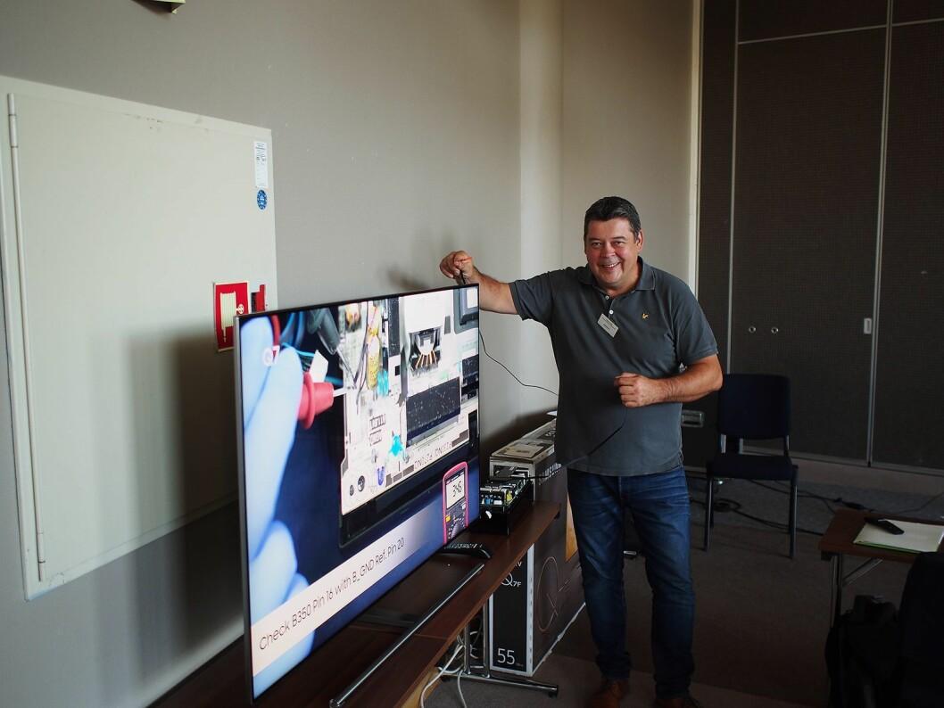 Kimmo Perala fra Samsung viser frem programmering av en smart TV. Foto: Jan Røsholm.