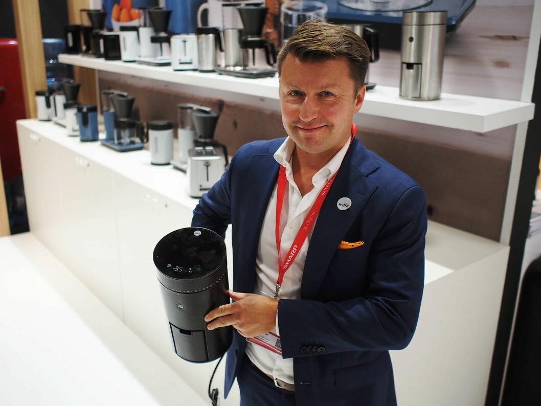 Morten Hoff i Wilfa med kaffekvernen Uniform, hvor lokket er en vekt. Foto: Jan Røsholm
