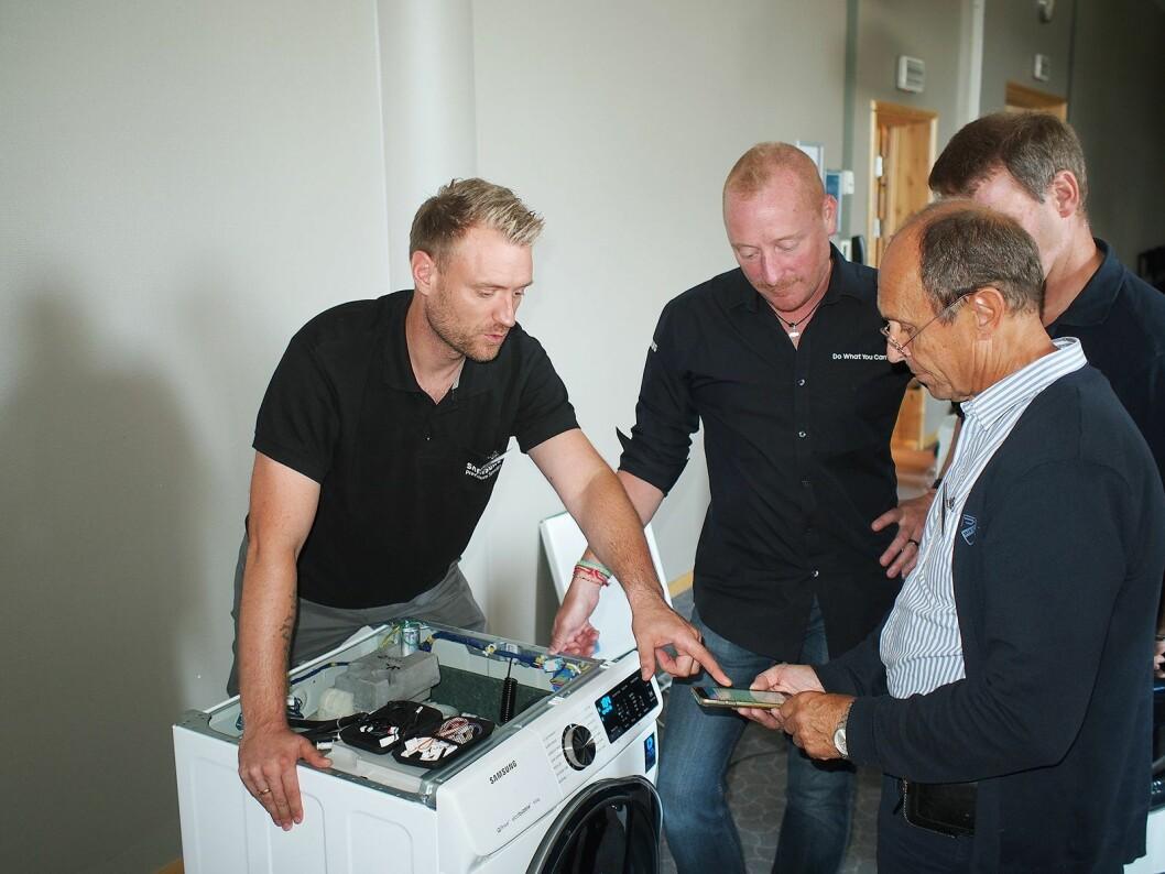 Hvitevarene blir smarte, og her viser Cliff Gosmann Dall (t.v) og Andy Donaldson fra Samsung frem hvordan teknikere kan bruke smarttelefonen i utførelsen av service. Foto: Jan Røsholm