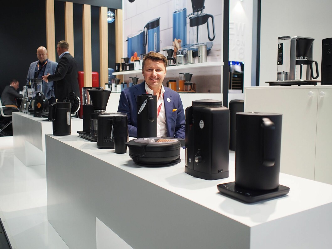 Morten Hoff i Wilfa viser på IFA sortmatte produkter på rekke og rad. Foto: Jan Røsholm.