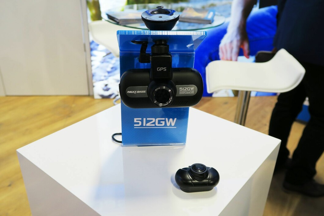 NextBase 512GW koster 2.800 kroner og kan via en tynn kabel kobles til et bakovervendt kamera, som koster 900 kroner. Foto: Cathrine Pedersen