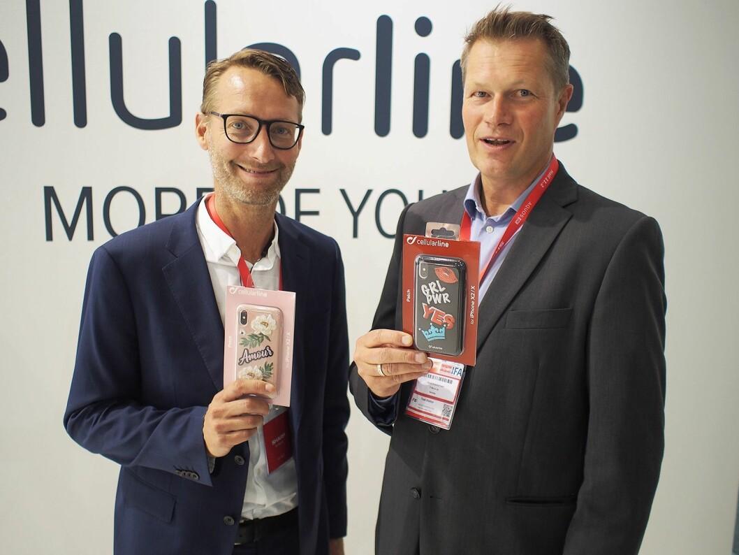 Samuel Bergman (t. v.) og Harald Kristiansen i henholdsvis TT Micro Sverige og Norge på IFA med noen av Cellularlines mobildeksler. Foto: Jan Røsholm.