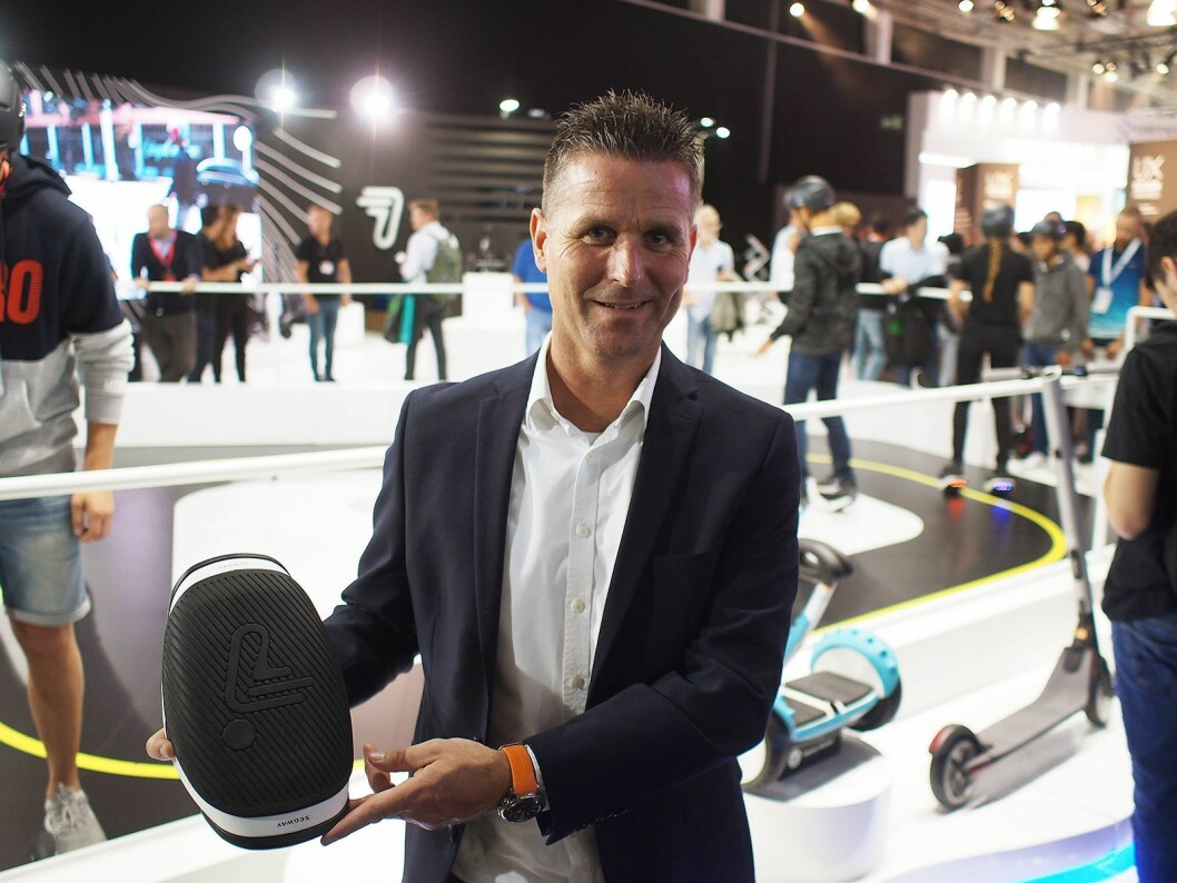 Henrik Buur i Witt A/S med de nye e-skøytene fra Segway-Ninebot. Foto: Jan Røsholm