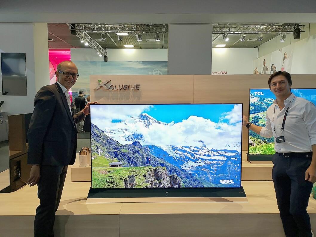 Johan Huss, TCLs salgssjef for Norden, Storbritannia og Baltikum og detaljhandelspesialist Marcus Hammächer sier selskapets nye 8K-TV kommer til Norge neste år. Foto: Marte Ottemo.