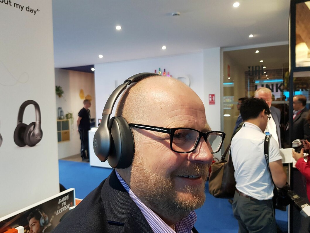 Frank Brun viser frem det nye hodetelefonsettet JBL Everest 710GA med Google Assistent. Foto: Jan Røsholm.