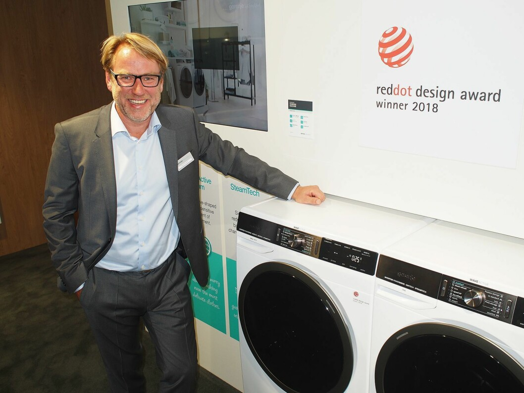 Bjørn Mangset viser frem de nye tørketrommelen og vaskemaskinen, som mottok pris for sitt design. Foto: Jan Røsholm