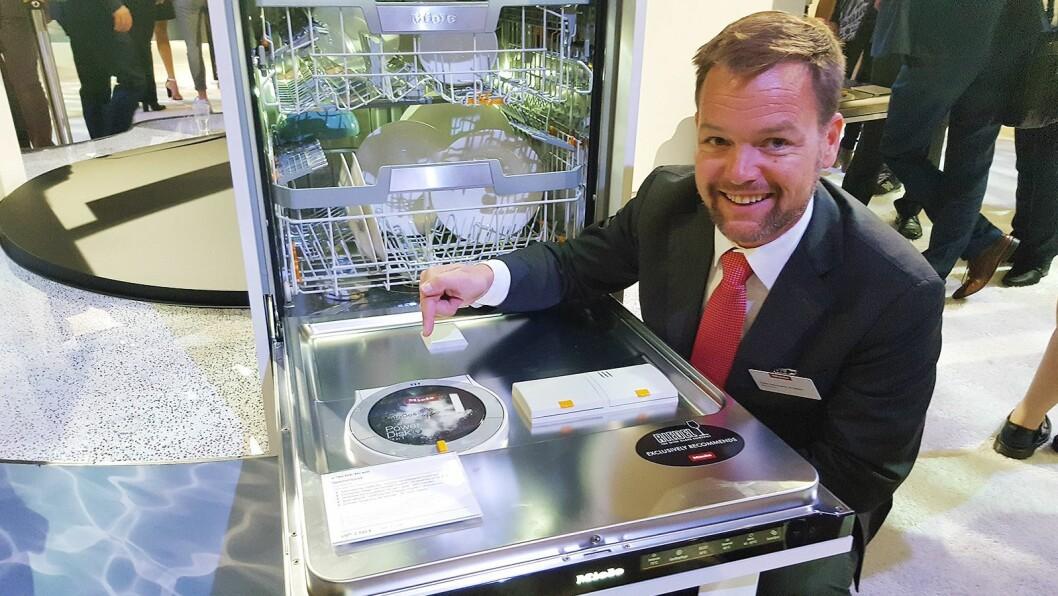 Stian Normann-Arvesen i Miele påpeker platen med oppvaskmiddel. Foto: Cathrine Pedersen