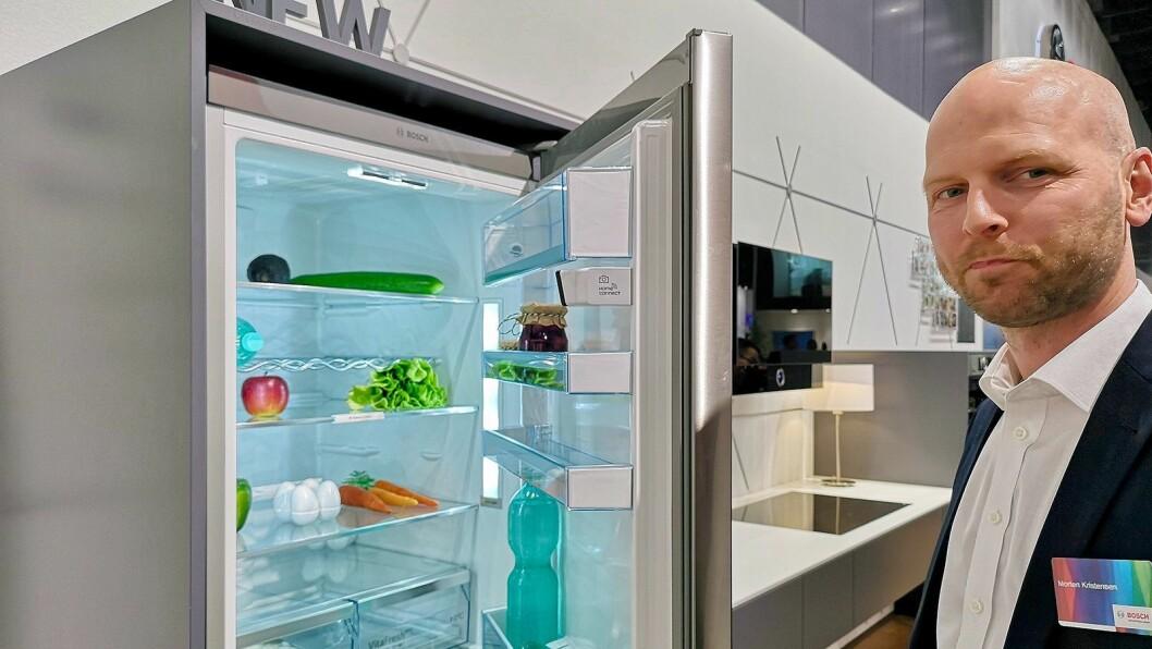 Morten Kristiansen, nasjonal salgssjef for elektrohandelen i BSH, kan nå skilte med intelligente kjøleskap. Foto: Marte Ottemo
