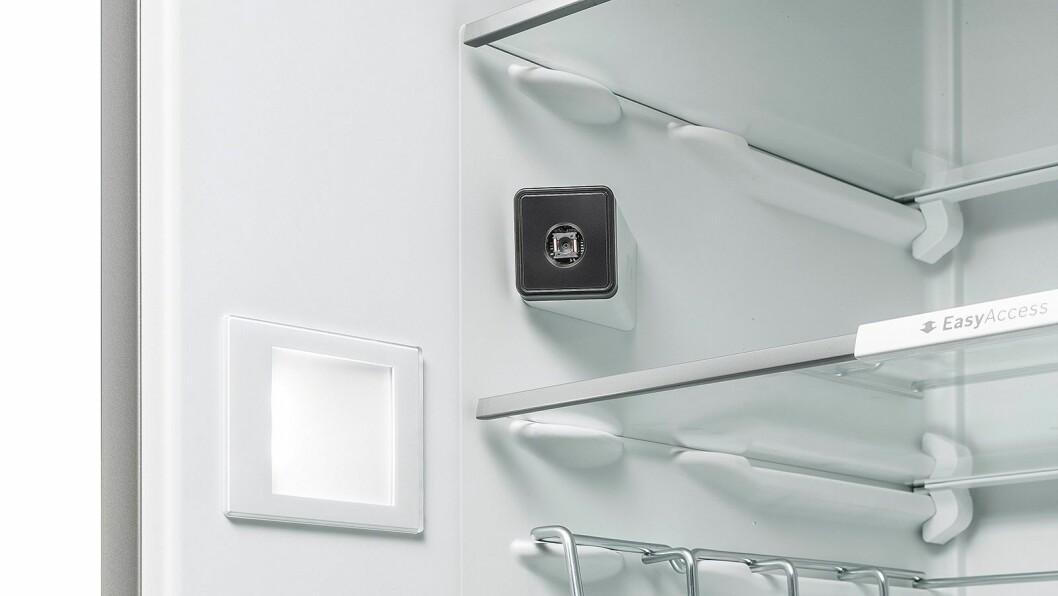 Kjøleskapet har to kamera som dekker hele interiøret, og også kunder som har kjøpt et smart-skap tidligere får oppgraderingen med kunstig intelligens. Foto: BSH.