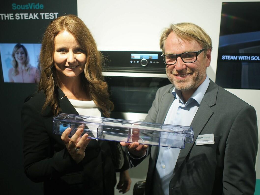 Gorenjes nordensjef Sandra Lubej og norgessjef Bjørn Mangset med den store vannbeholderen til stekeovnen. Foto: Jan Røsholm.