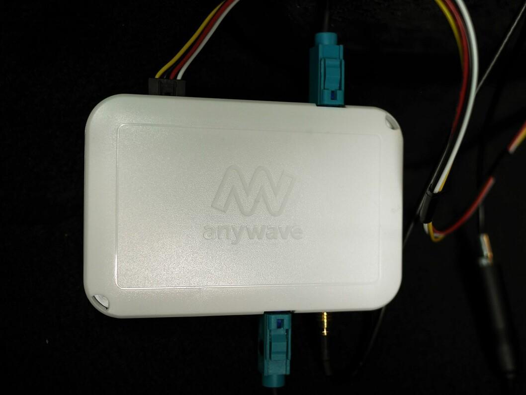 Denne plastboksen på 10x7 cm, produsert i Lillesand, rommer multiradioen Anywave SRT18, produsert ved Dynamic Precision på Lillestrøm. Foto: Stian Sønsteng