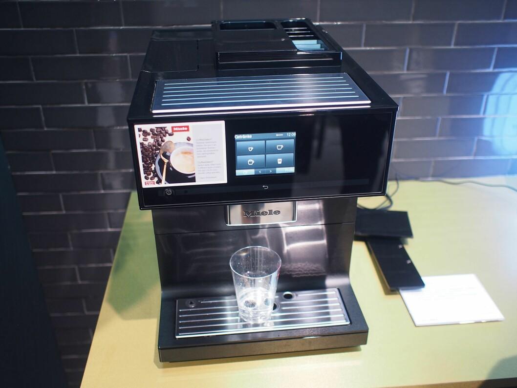Den nye helautomatiske kaffemaskinen fra Miele har støtte for Amazon Alexa. Foto: Jan Røsholm.