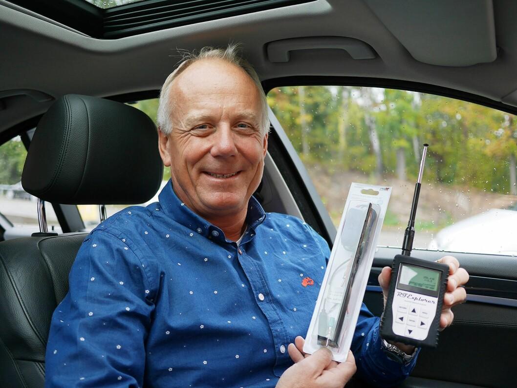 Roy Hangeland i Audiocom.no med dab- og FM-antennen ACX DAB med forsterker, og spektrumanalysatoren RF Explorer. Foto. Stian Sønsteng.
