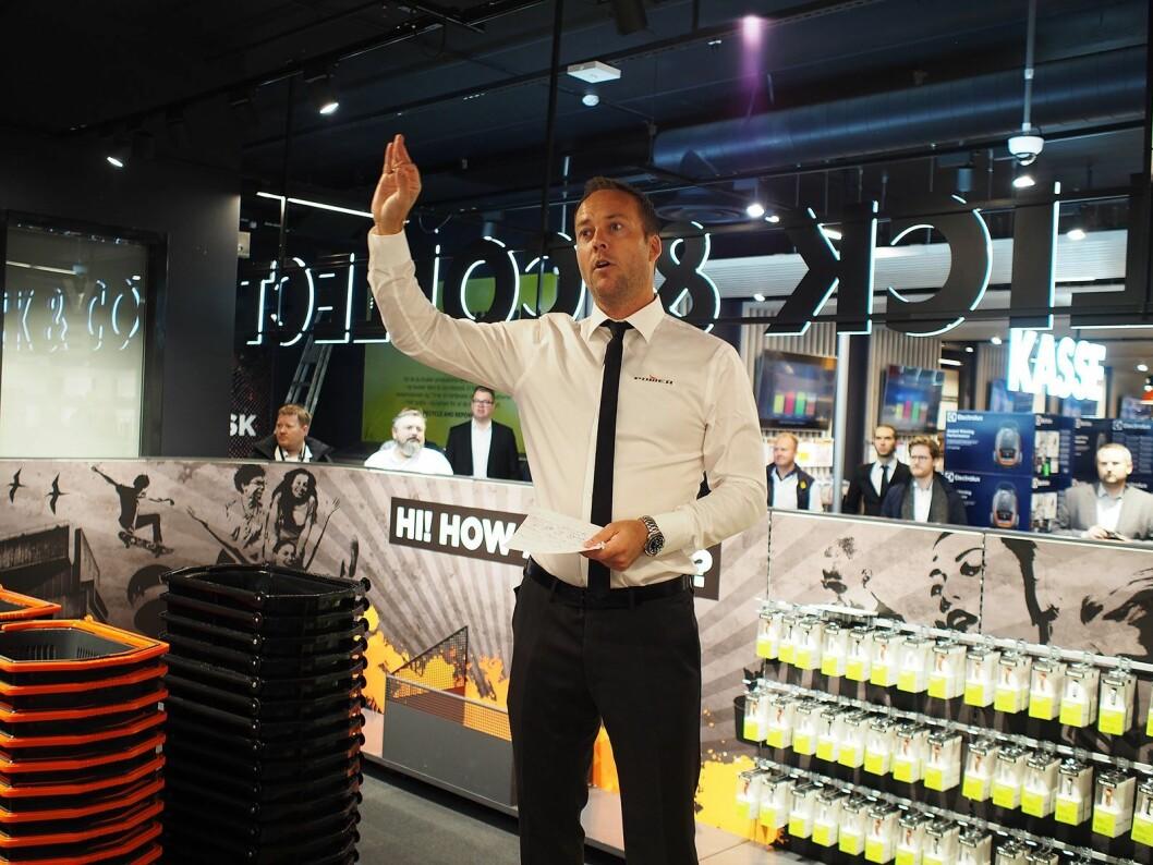 Power-sjef i Norge, Anders Nilsen, girer opp de ansatte før åpningen av Power Lørenskog. Foto: Jan Røsholm.