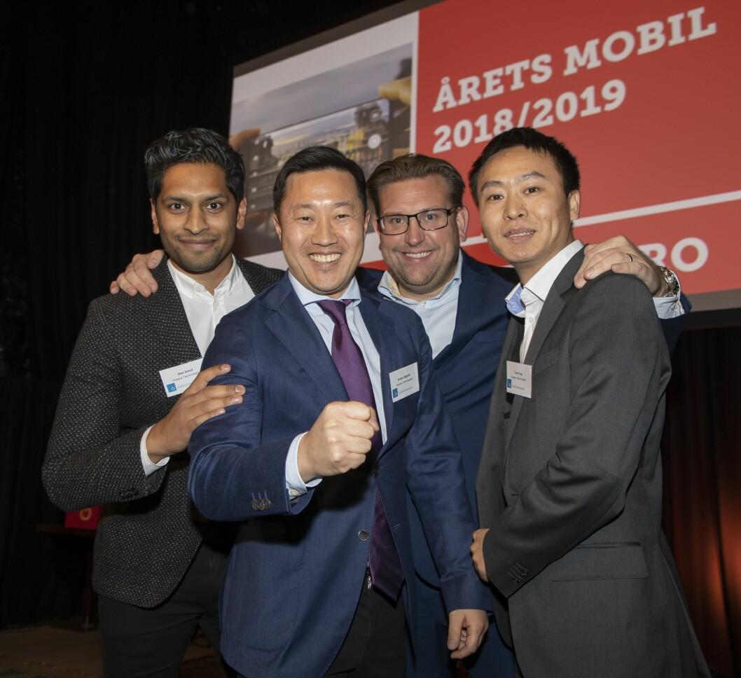 Årets mobil er Huawei Mate20 Pro. Prisutdeler Peter Andersson i NetOnNet holder rundt Alex David (f. v), Anders Bigseth og Tom Tang fra Huawei Technologies. Foto: Tore Skaar.