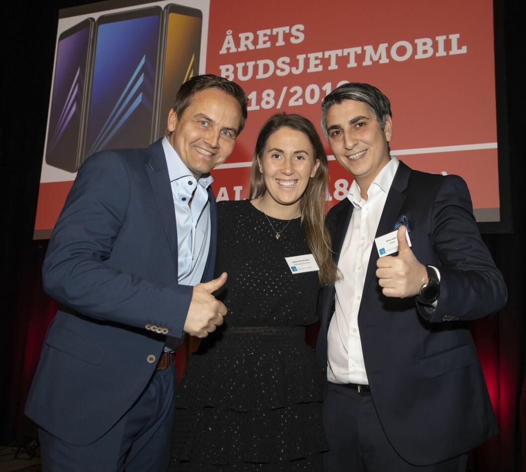Årets budsjettmobil ble Samsung Galaxy A8 (2018). Øyvind Åsen (f. v.) og Martina Nicole Næss fra Samsung Electronics fikk prisen av Sefin Adam i Elkjøp. Foto: Tore Skaar.