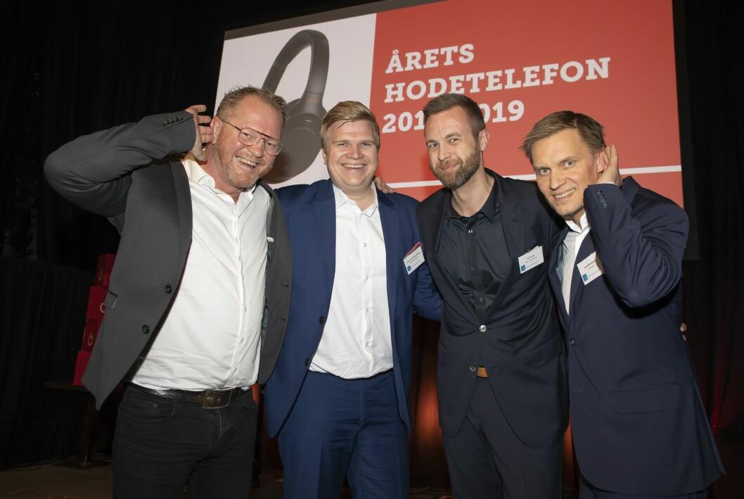 Årets hodetelefon ble Sony WH-1000XM3. Runar Kristiansen (f. v.), Hans-Henrik Palm Westby og Rolf Loraas fikk prisen av Asle Bjerkebakke i Euronics. Foto: Tore Skaar.