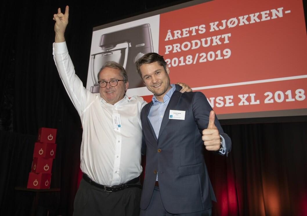 Årets kjøkkenprodukt er Kenwood Chef Sense XL (2018). Martin Vinje (t. v.) i De'Longhi fikk prisen av Arnstein Værdal i Elkjøp. Foto: Tore Skaar.