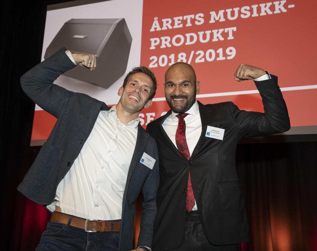 Årets musikkprodukt er PA-høyttaleren Bose S1 Pro. Richard Bjerkøe (t. v.) i Bose fikk prisen av Arslan Qureshi fra Gitarhuset Megastore Alnabru. Foto: Tore Skaar.