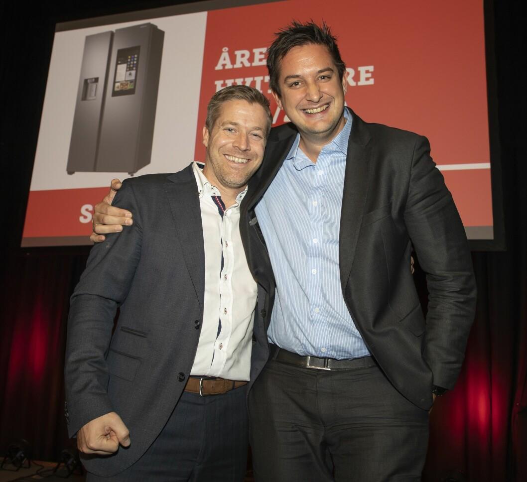 Årets hvitevare ble smartkjøleskapet Samsung Family Hub RS68N8941SL. Paal Anders Jansen (t. v.) fikk prisen av Fredrik Tønnesen i Elkjøp. Foto: Tore Skaar.