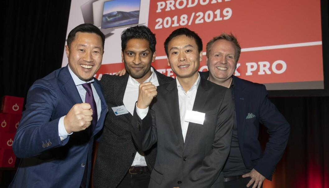 Den bærbare PCen Huawei Matebook X Pro er årets dataprodukt. Anders Bigseth (f. v.), Alex David og Tom Tang i Huawei Technologies fikk prisen av Knut Grimstad i Euronics. Foto: Tore Skaar.