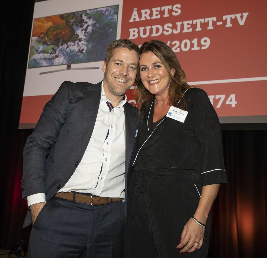 Årets budsjett-TV er Samsung UE65NU74. Paal Anders Jansen fra Samsung Electronics fikk prisen av Ann Kathrin Johansen i Euronics. Foto: Tore Skaar.