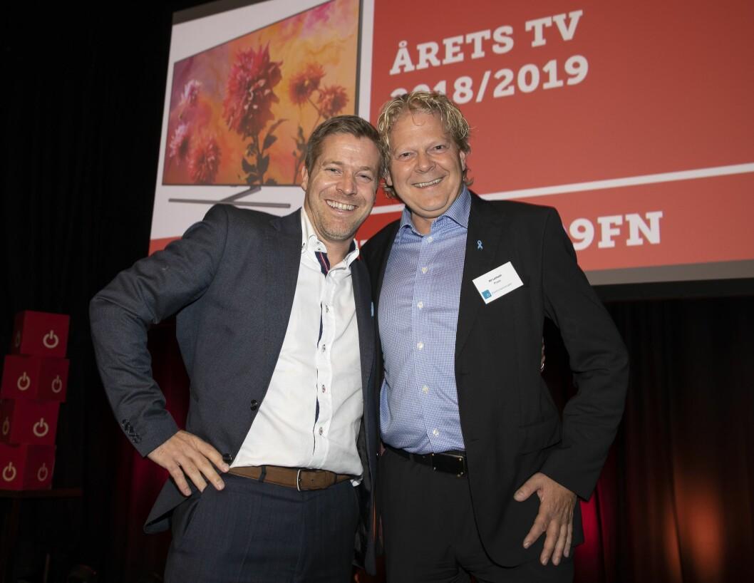 Årets TV er Samsung QE65Q9FN. Paal Anders Jansen (t. v.) i Samsung Electronics fikk prisen av Alf Leifseth i Power. Foto: Tore Skaar.