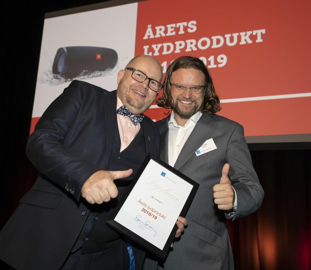 Årets lydprodukt er JBL Charge 4. Frank Bruun (t. v.) i Harman fikk diplomet av Jon Arne Lyngra i Power. Foto: Tore Skaar.