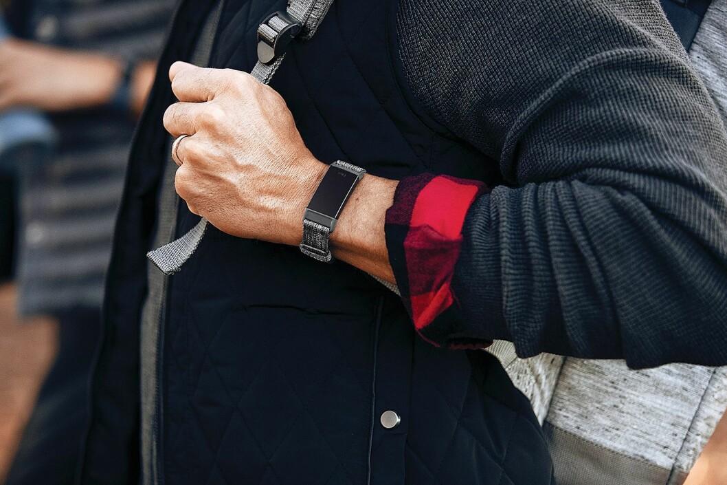 Fitbit Charge 3 har fått nytt design, med større skjerm og induktiv knapp. Foto: Fitbit.