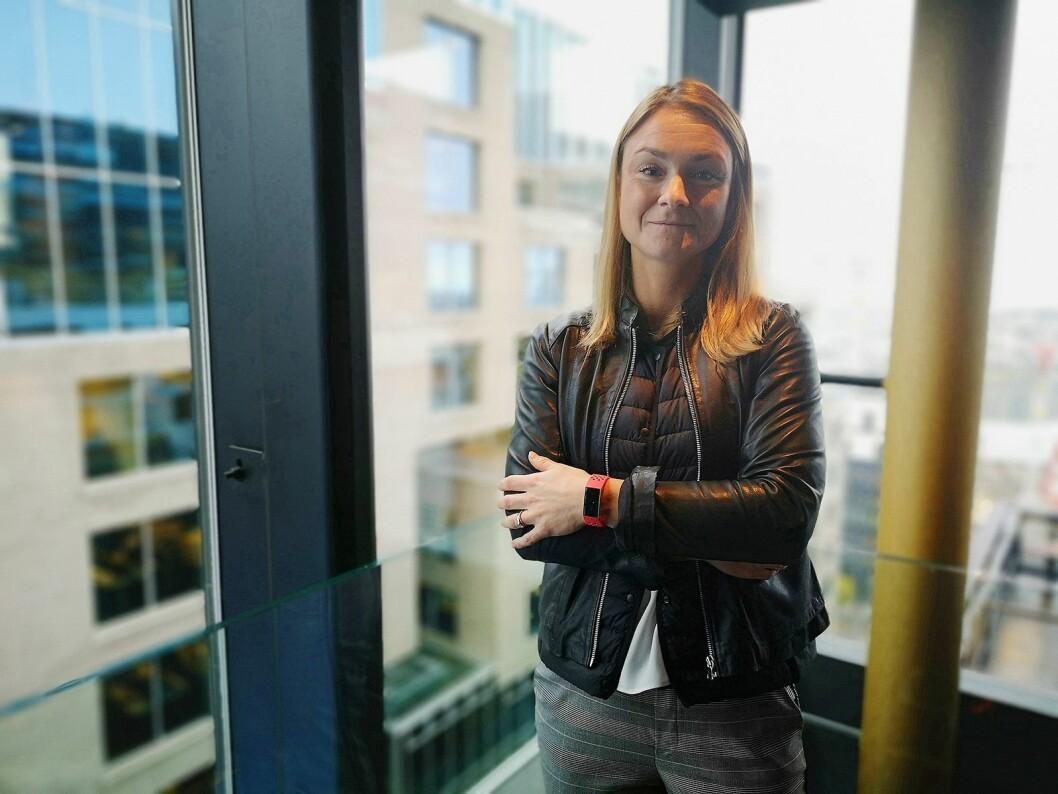 Caroline Chauvire Cleenewerck, sjef for markedsføring og PR i Fitbit Emea, med selskapets nyeste Charge 3. Foto: Marte Ottemo.