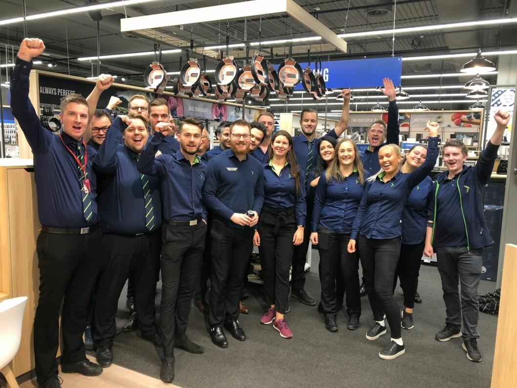 Noen av de Elkjøp-ansatte som var med på åpningen av Elkjøp Klepp ved Jærhagen kjøpesenter. Foto: André Sørensen, Elkjøp.