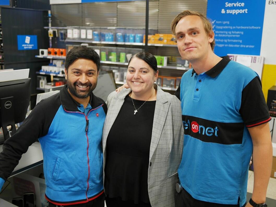 Bhupinder Singh (driftsansvarlig Lierskogen, f. v.), Nora Ay (PR- og kommunikasjonssjef) og Thomas Dalen (butikksjef Alnabru). Foto: Stian Sønsteng.