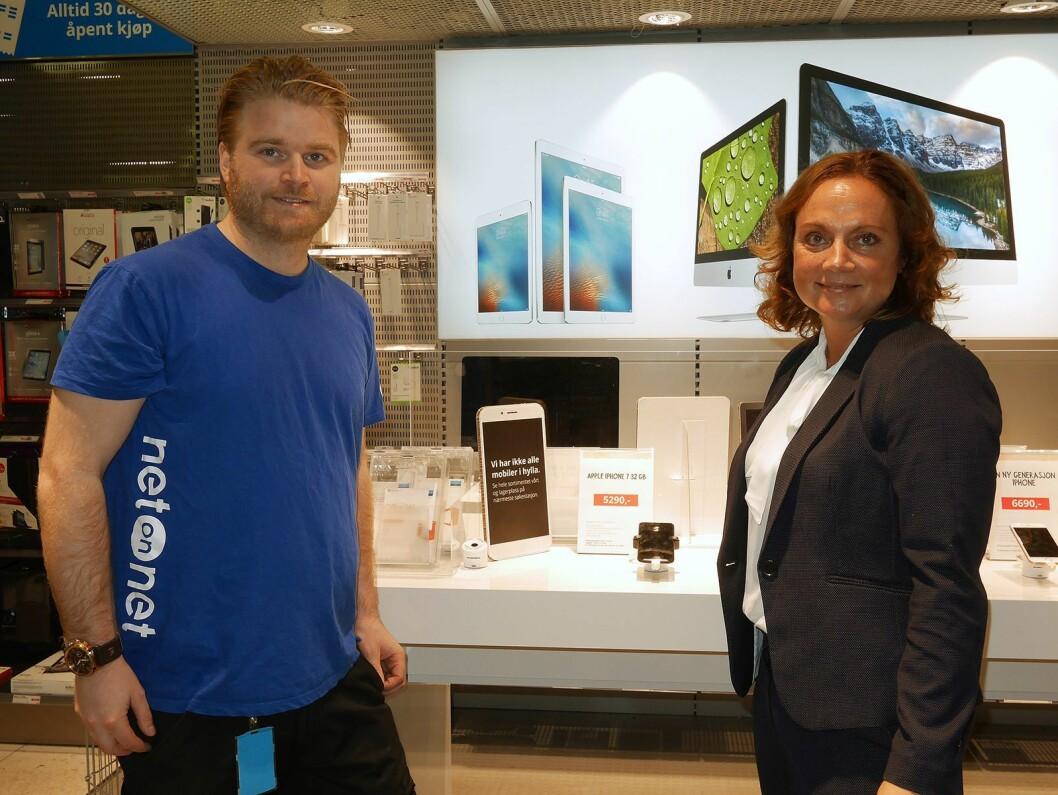 Butikksjef Martin Omtvedt ved NetOnNet Lagershop Liertoppen tok mot selskapets nye toppsjef, Susanne Holmström. Foto: Stian Sønsteng