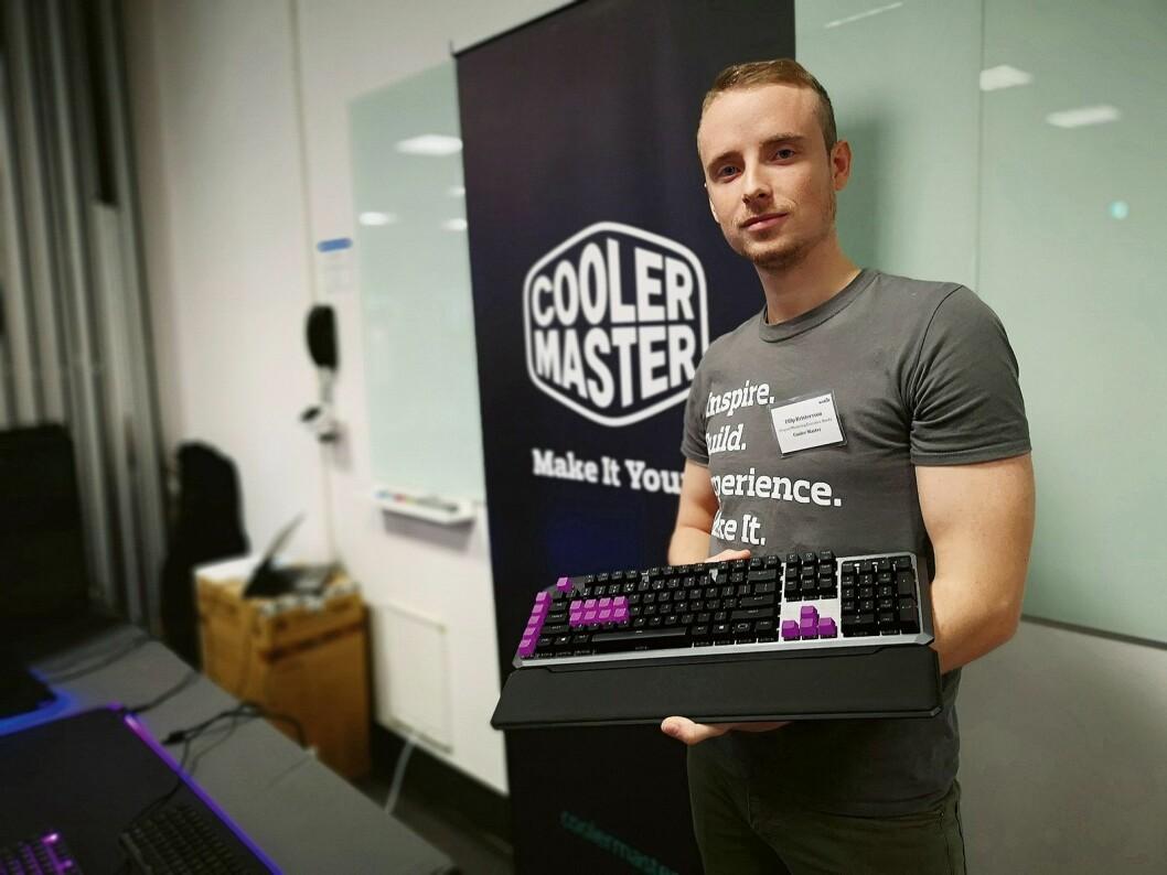Markedsansvarlig i Cooler Master i Norden, Filip Kristersson, viser fram selskapets nye tastaturer for spillere på årets TechBrief. Foto: Marte Ottemo